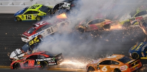 Espectacular accidente que involucró a 22 autos en las 500 millas de Daytona